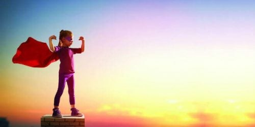 dziewczynka w przebraniu supermana