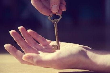 klucz w dłoni