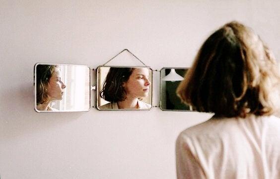 Kobieta w lustrze.
