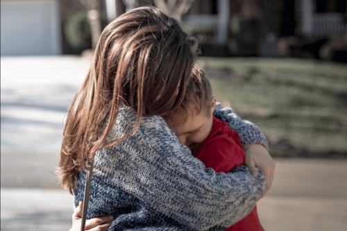 kobieta przytulająca swoje dziecko