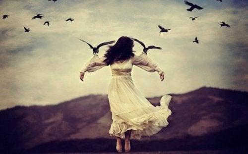 Kobieta trzymana przez ptaki.