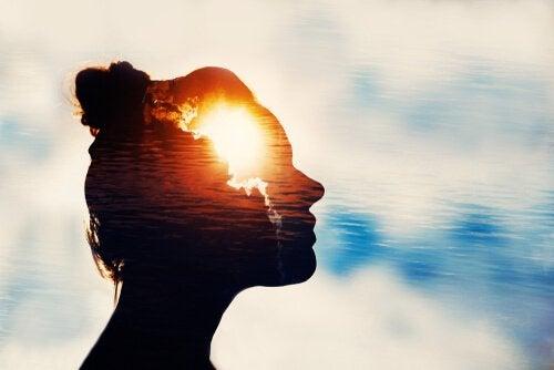 kobieta ze światłem w głowie