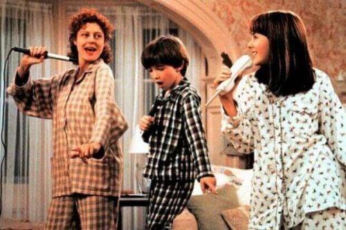 Mama śpiewa z dziećmi - scena z filmu Mamuśka