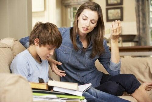 Matka zachęcająca do nauki syna.