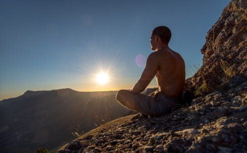 Medytacja na zboczu góry
