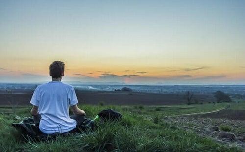 Koncentracja podczas medytacji – jak zapobiec rozpraszaniu umysłu