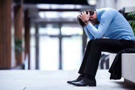 mężczyzna niezadowolony ze swojej pracy