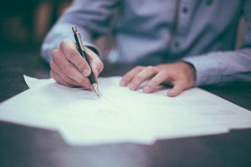 mężczyzna piszący postanowienia