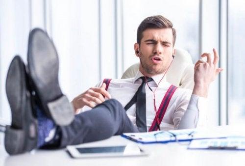 mężczyzna słuchający muzyki w pracy