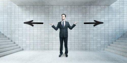 myślenie odwracalne - mężczyzna między dwiema przeciwnymi strzałkami