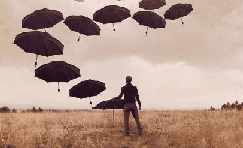 Przygnębienie - człowiek z parasolami