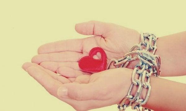 ręce skute łańcuchem