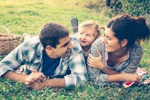 Rodzice i dziecko razem spędzają czas w parku