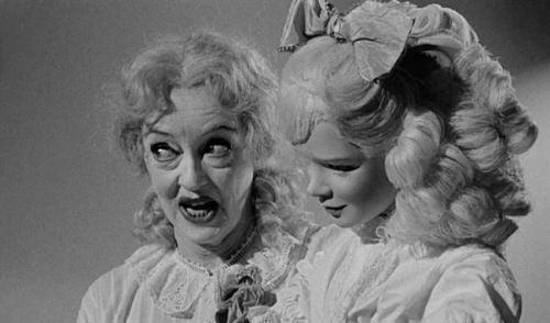Scena z filmu Baby Jane - przerażająca kobieta i lalka