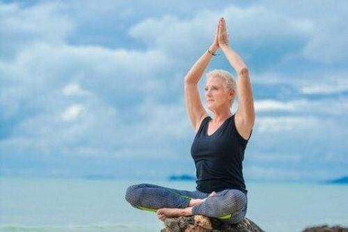Seniorka ćwiczy jogę - midoreksja