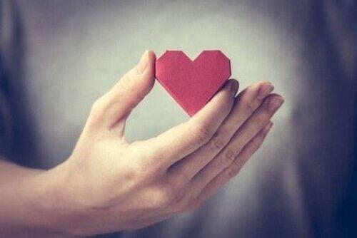 Serce z papieru trzymane w dłoni