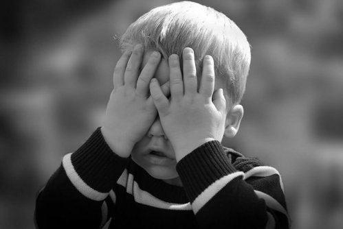 sfustrowany chłopiec zakrywający oczy