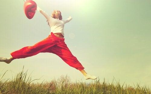 skacząca kobieta - odwaga