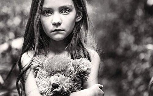 smutna-dziewczynka-z-misiem
