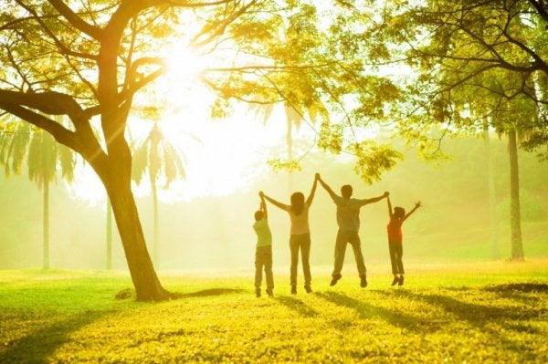szczęśliwa rodzina razem - atmosfera rodzinna