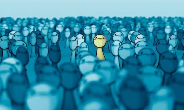wyróżniać się w tłumie
