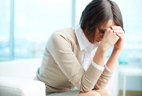 zestresowana kobieta w pracy