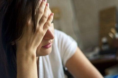 zestresowana kobieta - stres i nadczynność tarczycy
