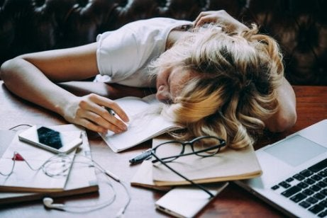 zmęczona kobieta reprezentująca odkładanie spraw na później