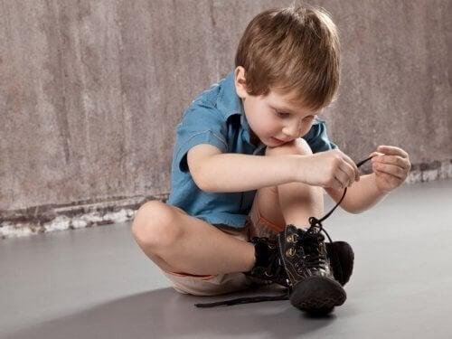 chłopiec wiążący buty