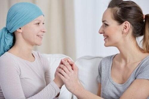 Rak piersi - Dwie kobiety trzymają się za ręce.