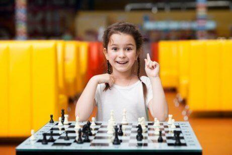 Dziewczynka gra w szachy.