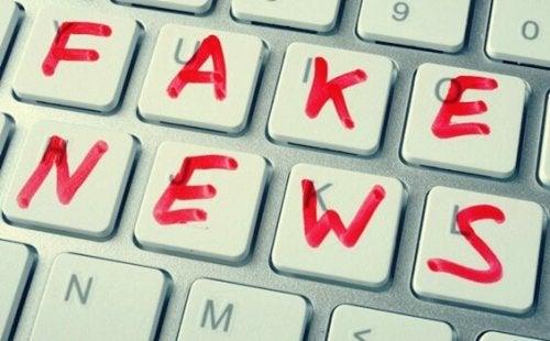 fałszywe wiadomości na klawiaturze