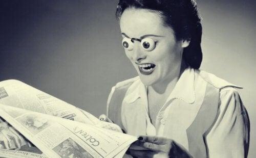 kobieta czytająca gazetę