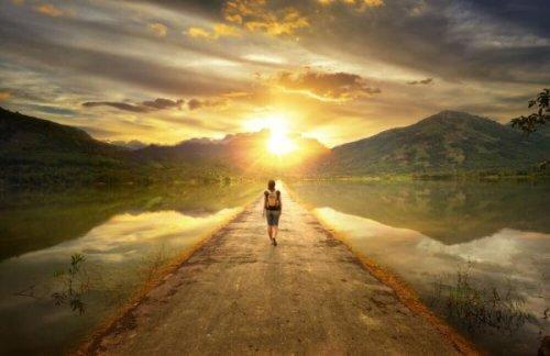 Kobieta samotnie idzie drogą