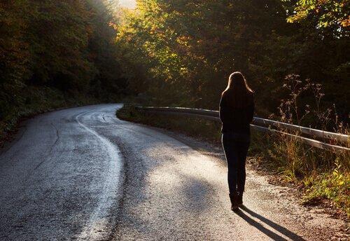 Kobieta idzie samotnie ulicą