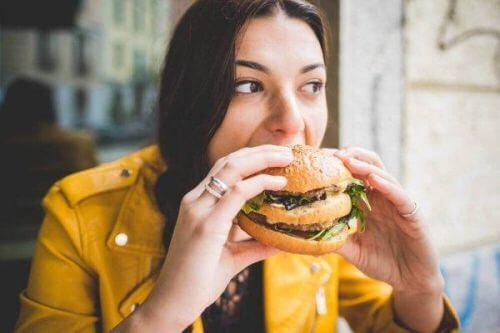 Kobieta je hamburgera