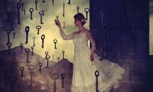 Kobieta wybiera klucze, by pokonać niechęć do zmian