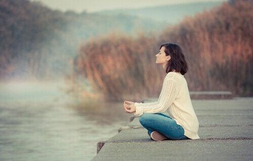 Kobieta medytująca na pomoście