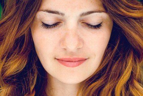 Kobieta z zamkniętymi oczami