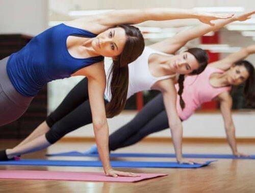 Kobiety ćwiczą pilates dla początkujących