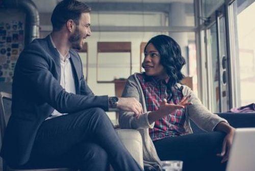 Mężczyzna i kobieta rozmawiają uśmiechnięci