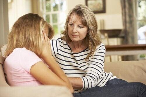 Matka uspokaja córkę