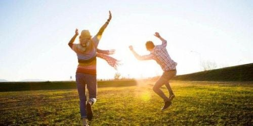 Para skacze na trawie