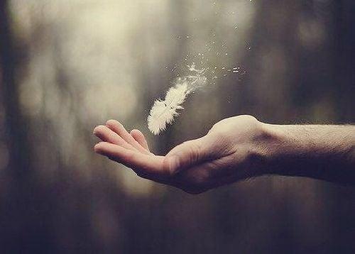 Pióro na dłoni