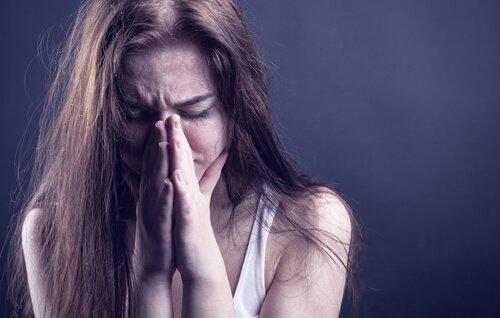 Uzależnienie - Płacząca dziewczyna