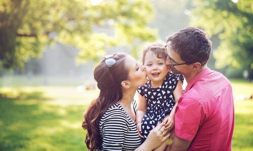 Rodzice obejmują córkę.