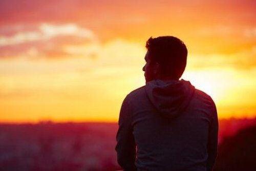 Samotny mężczyzna myśli o tym, że zakochiwanie się to złudzenie