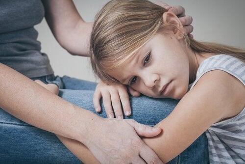 Smutna dziewczynka przytula się do mamy