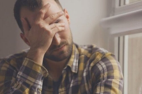 Pranie mózgu - Smutny mężczyzna trzyma się za głowę
