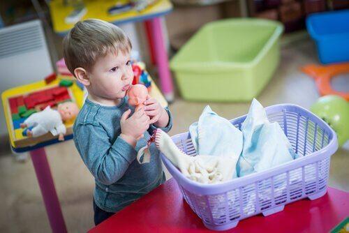 Chłopiec bawiący się lalkami